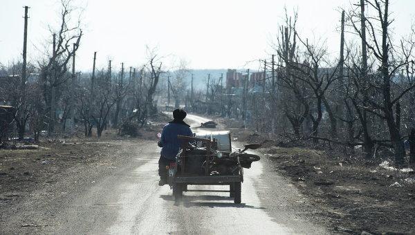 Житель села Никишино едет по главной улице на мотоцикле