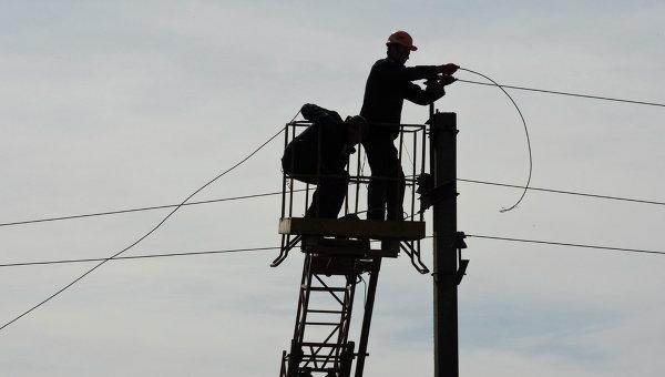 Рабочие восстанавливают линию электропередач в Углегорске, Донецкая область