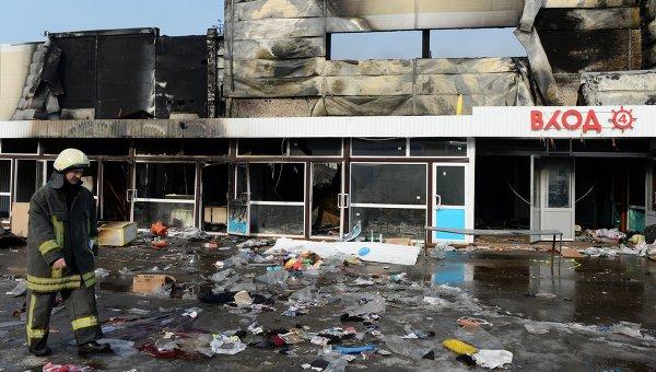 Сотрудник МЧС РФ во время разбора завалов на месте пожара в казанском торговом центре Адмирал