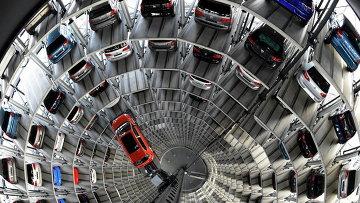Многоуровневая парковка на заводе Volkswagen в Вольфсбурге, Германия
