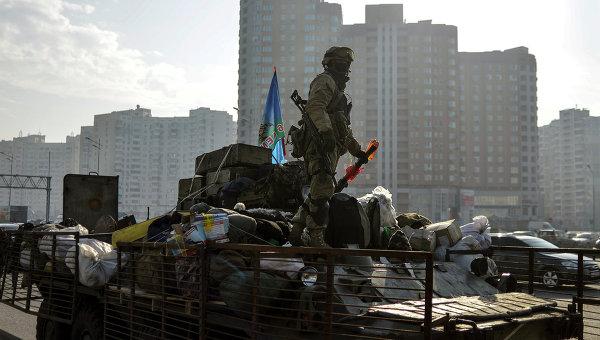 Украинский солдат стоит на БТР в Киеве. Архивное фото