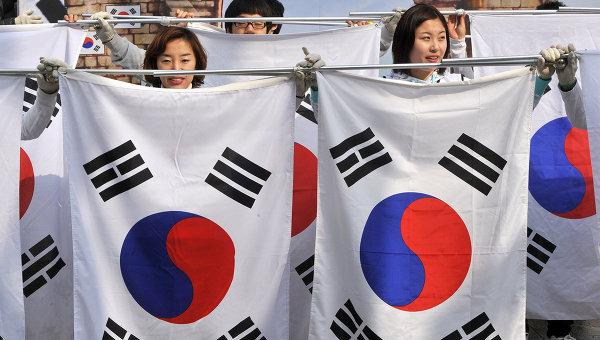 Жители Республики Корея с флагами. Архивное фото