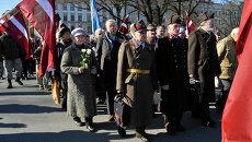 Комбинированное изображение фотографии шествия, посвященного памяти латышских легионеров войск СС, в Риге 16 марта 2015 и фотографии Латвийского добровольческого легиона СС