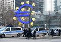 Полиция у здания Европейского Центрального банка во время беспорядков