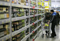 """Покупатели выбирают алкогольную продукцию в гипермаркете """"Лента"""""""