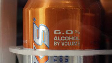 Слабоалкогольный энергетический напиток на полке магазина. Архивное фото