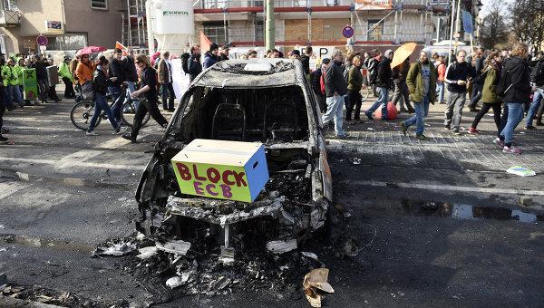 Машина сожженная во время акции протеста во Франкфурте