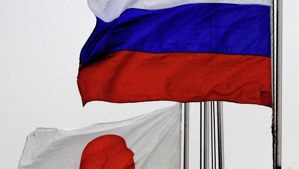 Государственные флаги России (справа) и Японии по случаю прибытия эсминца Хамагири Морских сил самообороны Японии во Владивосток