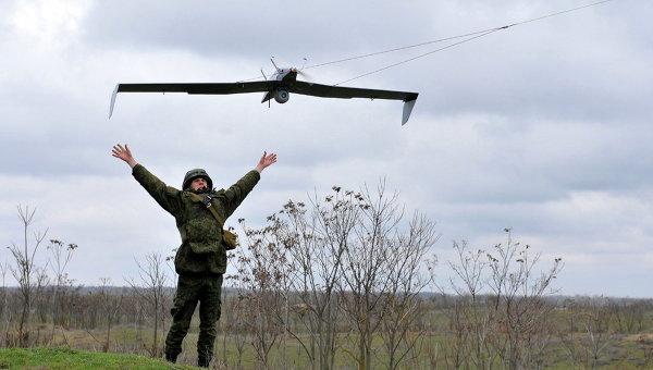 Военнослужащий запускает беспилотный летательный аппарат. Архивное фото.