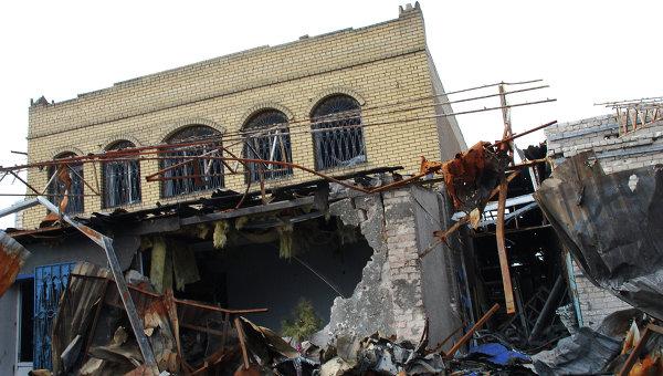 Разрушенное в результате обстрела здание в Донецке. Архивное фото