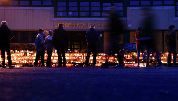 Люди зажигают свечи в память о погибших пассажирах самолета Airbus A320 авиакомпании Germanwings