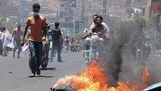 Демонстранты жгут покрышки в Таизе, Йемен