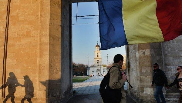 Флаг Молдавии у триумфальной арки на центральной площади города Кишинева. Архивное фото