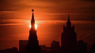 Вид на одну из башен Кремля в Москве. Архивное фото