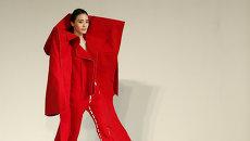 Модель во время показа Пекинского института технологий моды в рамках недели моды в Китае. Март 2015 год