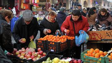 Продажа фруктов на рынке в Греции. Архивное фото