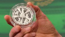 Оборотная сторона серебряной памятной монеты номиналом 25 рублей из новой серии, посвященной 70-летию Победы