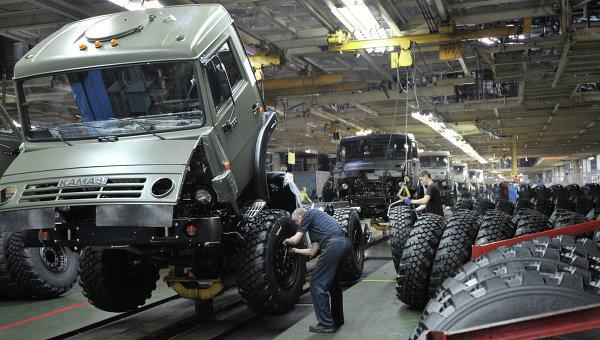 Цех сборки кузовов и шасси на автомобильном заводе КАМАЗ. Архивное фото