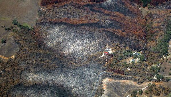 Вид с воздуха на пострадавшие от лесных пожаров районы Австралии. Архивное фото