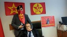 Член Революционной народной освободительной партии с взятым в заложники прокурором в здании суда в Стамбуле