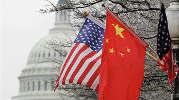 Флаги США и Китая на фоне здания Конгресса США в Вашингтоне. Архивное фото