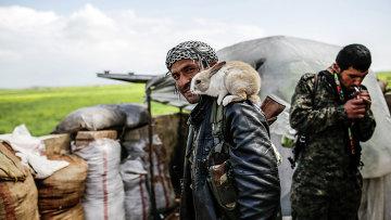 Курдский повстанец возле города Кобани в Сирии. Архивное фото