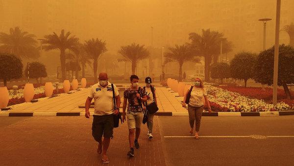 Туристы во время песчаной бури в Дубае. Архивное фото