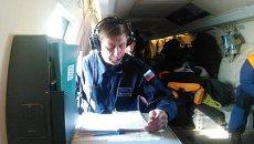 Сотрудники МЧС РФ на борту самолёта Бе-200 во время поисково-спасательной операции. Архивное фото