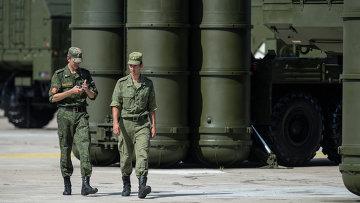 Военнослужащие у зенитно-ракетной системы. Архивное фото