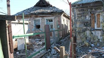 Разрушенные в результате обстрела частные жилые дома в городе Горловке на Донбассе. Архивное фото