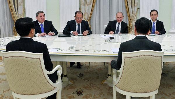 Президент Россиии Владимир Путин встречается с главой МИД Китая Ваном И