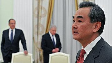 инистр иностранных дел Китая Ван И перед началом встречи в Кремле с президентом России Владимиром Путиным