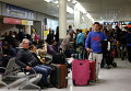 Пассажиры в зале ожидания аэропорта Орли в Париже