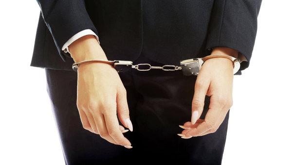 Женщина в наручниках. Архивное