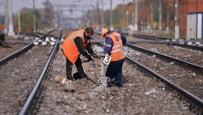 Рабочие восстанавливают железнодорожные пути. Архивное фото