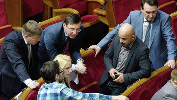 Председатель Блока Петра Порошенко Юрий Луценко (в центре) на заседании Верховной рады Украины. Архивное фото