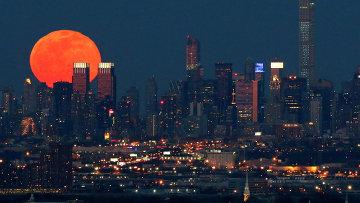Полнолуние над Нью-Йорком. Архивное фото.