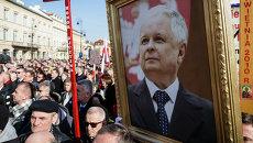 Люди с портретом Леха Качиньского во время мемориальных мероприятий. Варшава. Архивное фото