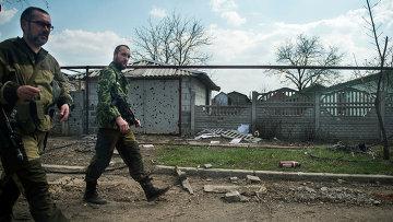 Ополченцы патрулиоуют окрестности в районе аэропорта Донецка. Архивное фото