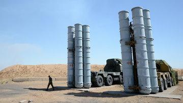 Военнослужащий у зенитно-ракетной системы С-300ПС