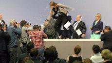 Девушка с криком запрыгнула на стол главы ЕЦБ во время пресс-конференции