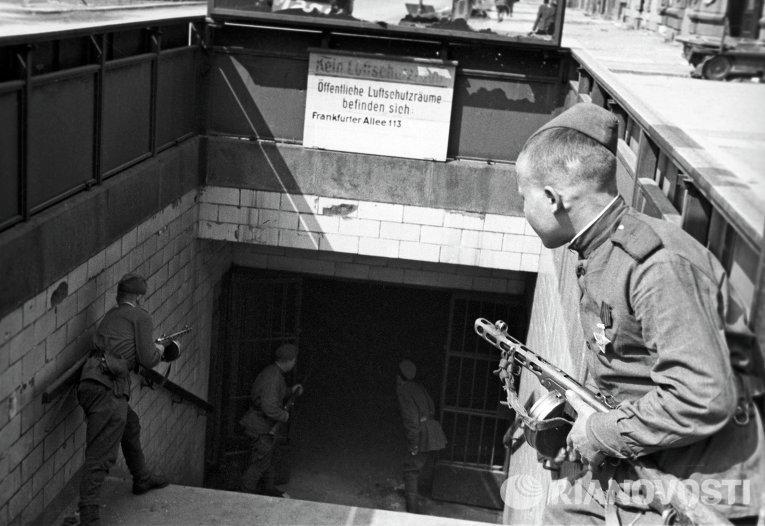 Советские солдаты у входа в берлинское метро