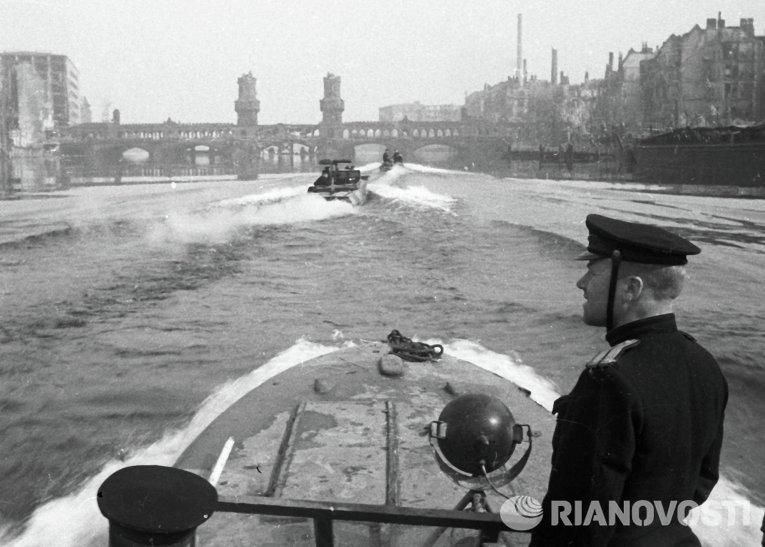 Отряд полуглиссеров на реке Шпрее в Берлине