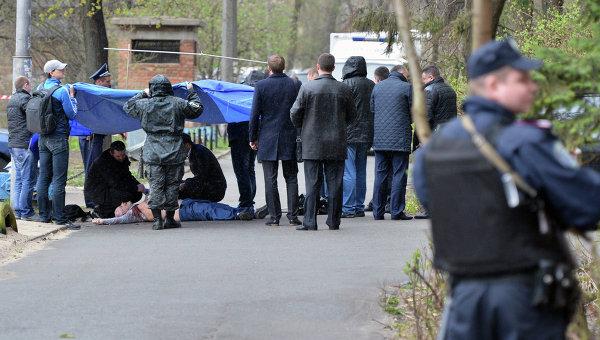 Криминалисты и работники полиции работают на месте убийства журналиста-оппозиционера Олеся Бузины в Киеве