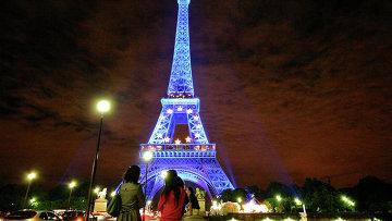 Девушки возле Эйфелевой башни в Париже, Франция. Архивное фото