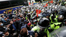 Полиция разгоняет демонстрантов в центре Сеула