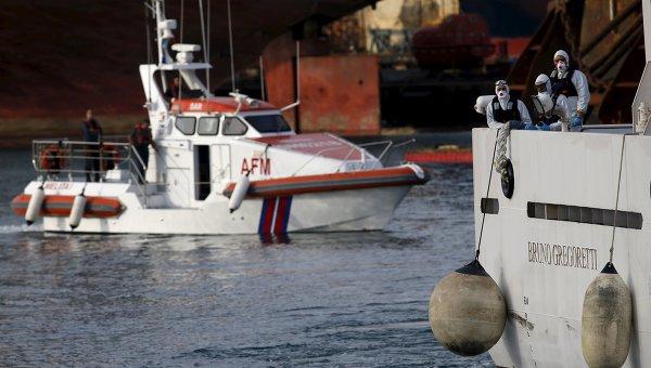 Итальянская береговая охрана во время операции по спасению иммигрантов после крушения судна в Средиземном море