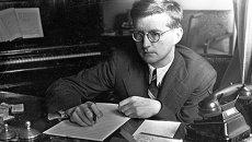 Композитор Дмитрий Шостакович во время работы. Архив