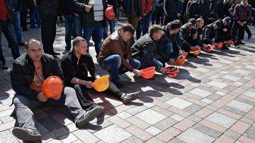 Шахтеры во время акции протеста у здания Верховной рады Украины в Киеве. 24 апреля 2015