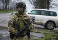 Украинский военный возле машины наблюдателей ОБСЕ возле деревни Широкино, Восточная Украина